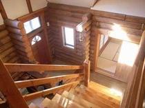 104. 吹き抜けの大きな階段、1階にも和室があり年配の方も安心 【〜12名様:しゃくなげ15号館】