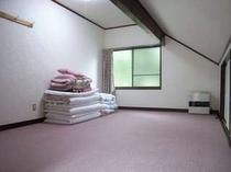 68. 2階の洋室は10畳が2間、1階にも8畳の和室あり 【〜8名様:しゃくなげ3号館】