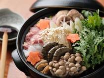 6. コクのある会津地鶏を使った鍋(1台:3〜4名様)は、3,885円