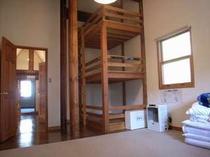 103. 絶対寝てみたい3段ベッド。2階の寝室は、大きな間取りの3部屋。【〜12名様:しゃくなげ15号館】