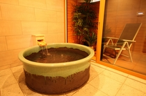 もちろんお風呂も貸切り、直径約130cmの信楽焼の陶器風呂【しゃくなげ24号館-スウィートIV】