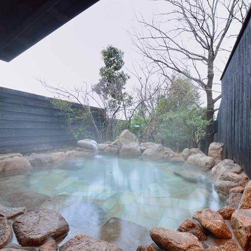 *【大浴場・男性露天風呂】田園を見渡しながら、鳥のさえずりを聞きながら疲れをお取りください。