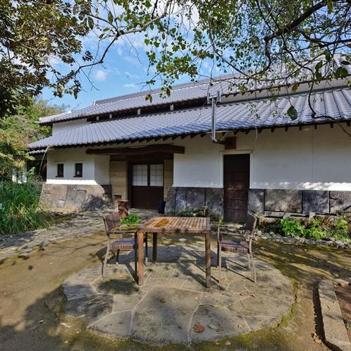 *【外観】約190年ほどの旧家を利用した母屋。歴史の温かみを存分に感じてください。