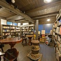 *【小さな図書室】様々なジャンルの本とともにコーヒーや果実酒もご用意しています。