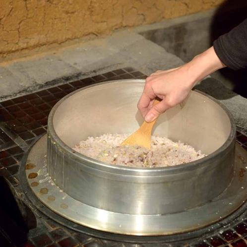 *毎食釜戸で炊き上げるから、ふっくらつやつやのおいしいご飯をお召し上がりいただけます。