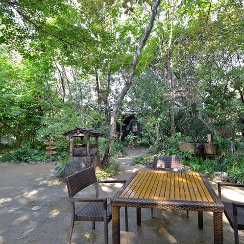 *【中庭】自然あふれる四千坪の邸内では静かなときが流れています。