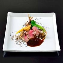*【夕食・主菜】メインには鹿児島県産黒毛和牛を。旨みがぎゅっと詰まっています。