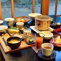 *【朝食】*ご朝食にも雑穀米や毎朝敷地内で調達する鶏卵など、自然食材が並びます。