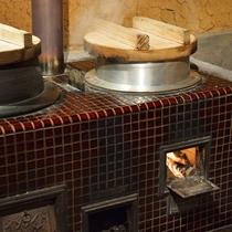 *御飯は釜戸で炊き上げ。一味違う美味しいお米をお召し上がりください。