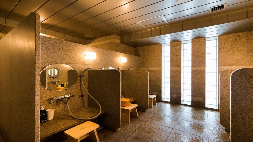 洗い場は8ケ所。桶や椅子は間伐材を用いたヒノキで作られています。