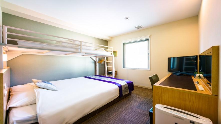 ダブルサイズのベッドとロフトベッド付
