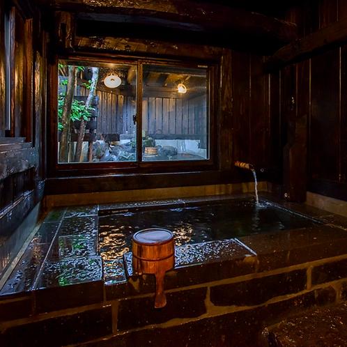 「蔵」の切石風呂は他のお部屋より大き目のお風呂になります