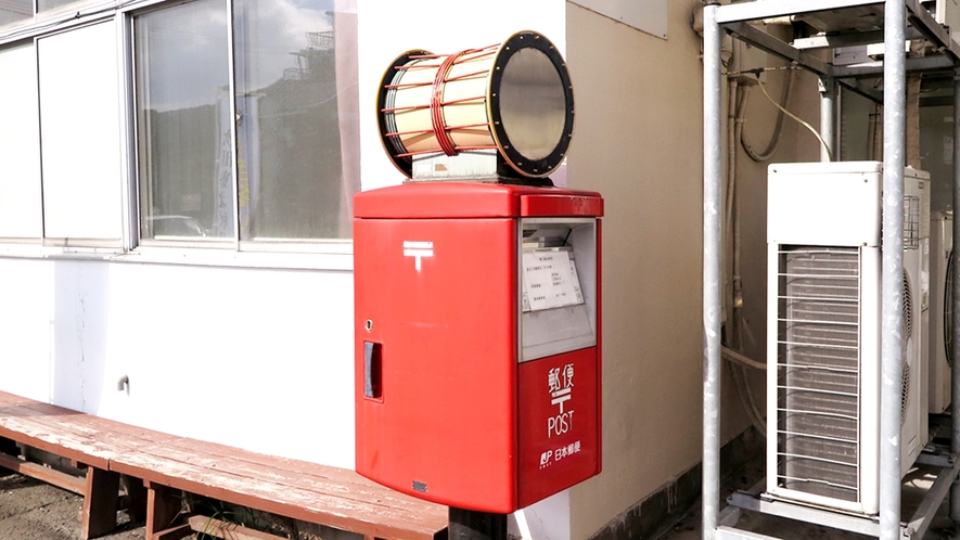 *駅前の郵便ポスト/北秋田市の伝統芸能「綴子大太鼓」が載っています。