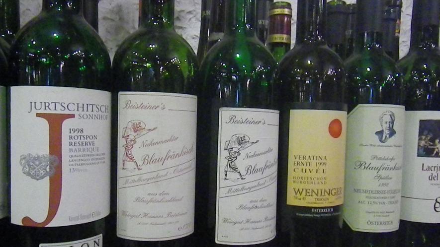 *【食堂】壁際には約100本のワインボトルを飾っています!