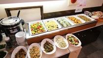 *夕食バイキング一例/専属料理人が作るメニューはどれも美味しいと評判です。