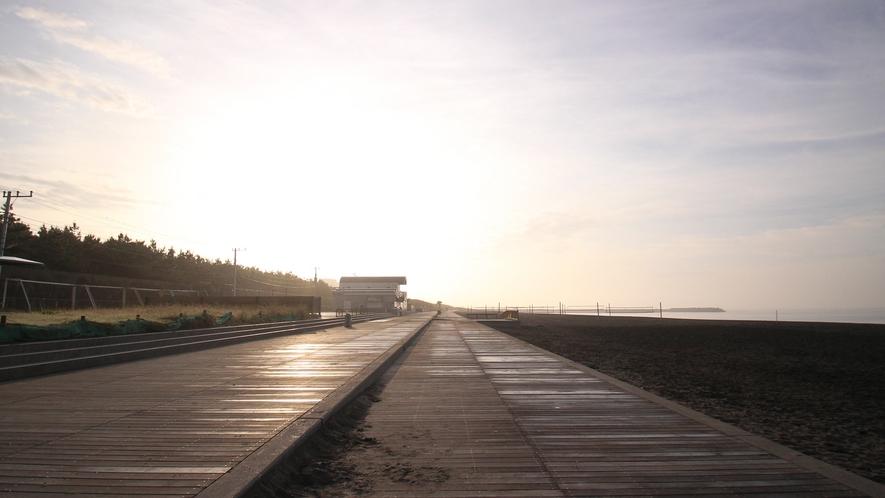 *平塚海岸/海岸にはウッドデッキも整備されています。