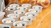 *夕食バイキング一例/デザートは季節のフルーツやスィーツなど。
