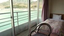 *客室からの眺め:爽やかな風を浴びながら、ゆったりと流れる時間をお過ごしください。