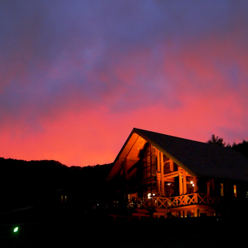 秋の夕日に染まったラーチ