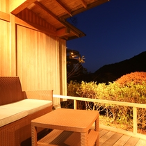 *露天風呂付和室:右側にはループ橋がみられます!夜のライトアップは幻想的☆