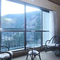 *和室10畳:窓の外には天城の自然がひろがります♪