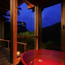 *特別室 自然に囲まれた解放感ある景観を眺めながら入る客室露天風呂
