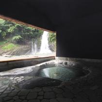 リノベーションした温泉小屋 大滝の迫力を感じることができま