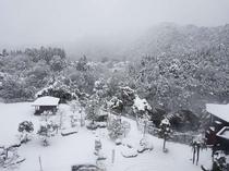 客室から見た雪の風景。鬼怒川が雪に包ま...