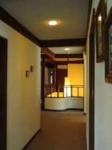 2階廊下から、1階からの吹き抜け方向を見る