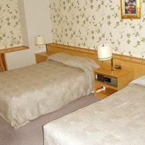*【デラックスルーム一例】大きなベッドでゆっくりとお休みください。