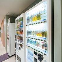 【自動販売機】アルコールもジュースも館内でゲット!だからラクラク