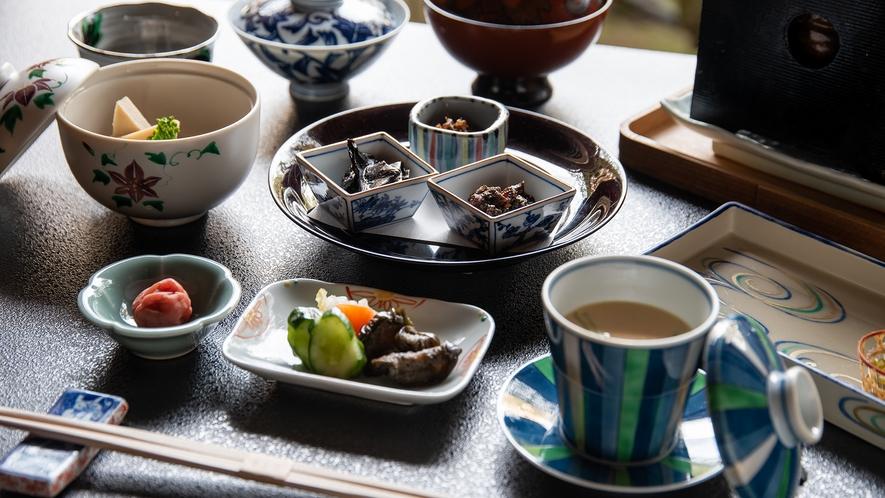 *【朝食一例】お漬物や小鉢など、細部にまでこだわった丁寧な味付けをご堪能ください。