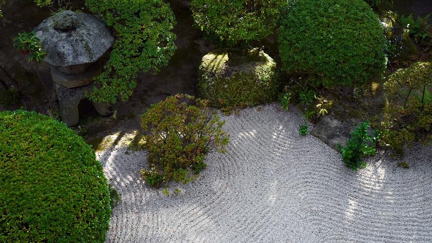*【庭園】2階お食事処から見たお庭の眺め。