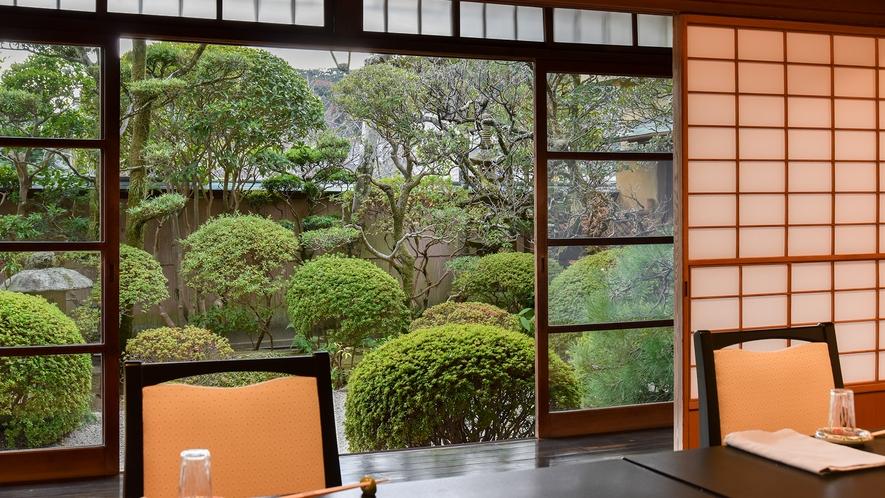 *【庭園】1階宴会場からは整えられたお庭が眺められます。
