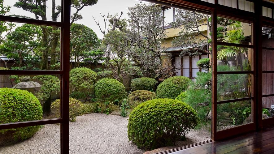 *【庭園】丁寧に手入れされた庭を眺めながら風雅なひと時を。