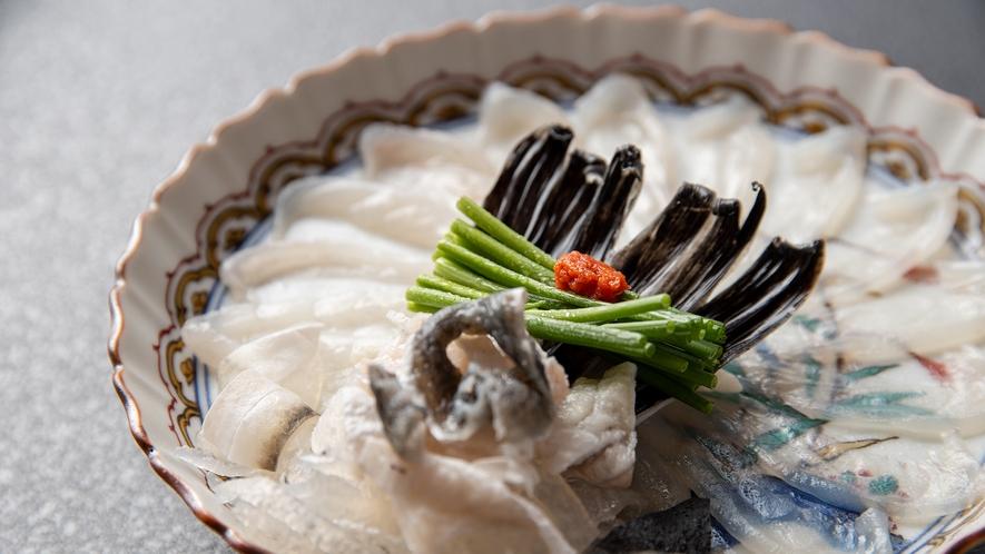 *【懐石料理】フクのお造り。当館名物・天然とらふぐのコリコリした食感をご賞味ください。