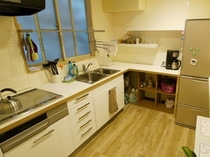 【自炊のできるキッチン】冷蔵庫、電子レンジ、トースター、電気ポットなど調理家電も充実してます。