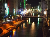 すぐ傍の川沿い(夜景)は風情があります