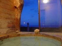 お風呂からの眺め2(朝方)冬の夜明けは月もきれいに見え、とても幻想的です。