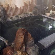 *岩造りの内風呂。ほどよく香る硫黄泉は、肌になめらかな滑りのある濃い温泉です。