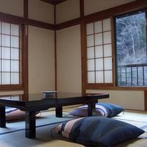 *客室一例。窓の外には自然の眺めが広がる和室です。純和風旅館でお寛ぎ下さい。