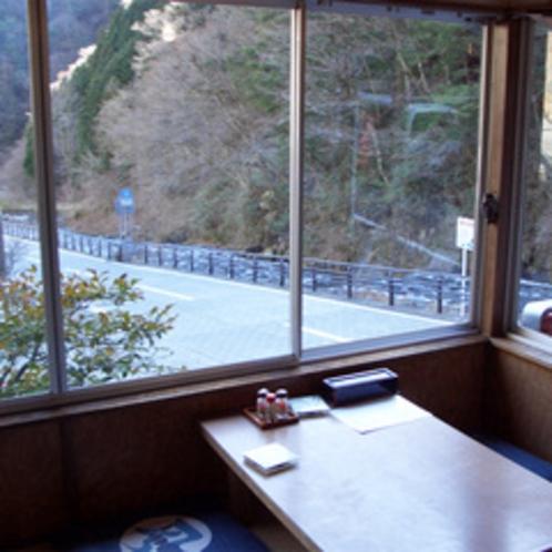 *館内からの眺め。すぐ横には安倍川が流れ秘境の風情たっぷりの梅ヶ島温泉。