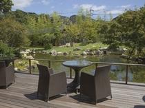 テラスと日本庭園