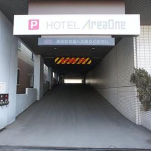ホテル駐車場は自走式の2階建てになります。高さ制限は2mですが、平地の駐車場もご用意しております。
