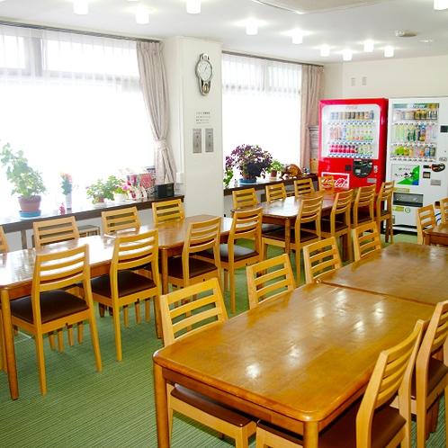 【食堂】朝夕のお食事はこちら。地元の旬味をごゆっくりご堪能下さい。
