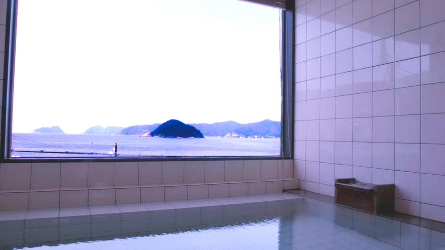 *<展望風呂>日本海に浮かぶ烏辺(ウベ)島、御神(オンガミ)島を一望!