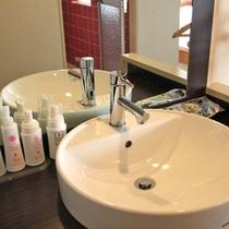 *【洗面台】急なお泊りにも便利なアメニティもそろっております。