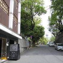 *【外観】西側(当館向かい)は、由緒ある生國魂神社があります。