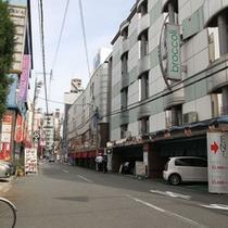 *【施設周辺】ファッションホテルが多いエリアですが、当館は通常のビジネスホテルです。