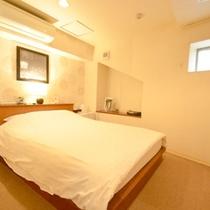 *【スモールダブルのお部屋】小さな窓が付いたダブルベッドのお部屋。バス・トイレはセパレートタイプ。